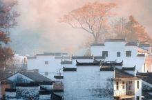 婺源的秋,很调皮,很会玩欲擒故纵那一套,那一层薄雾遮挡着村落,越是想看清,越是模糊 当一阵秋风吹来,