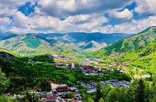 """在山西,有一座清凉山,名""""五台山"""" 这里,是文殊菩萨的道场,一座座古老庙宇散落山间。 这里,是清凉避"""
