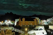 挪威的极光像瀑布一样倾泻下来