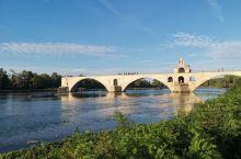 在法國南部, 除了出名的普羅旺斯外, 另一个出名的市鎮就是阿維呢翁, 法語叫Avignon。 斷橋是