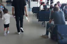 二楼检查护照,拖鞋,皮带,安检过后,上电梯,c6登机口QR1357 登机