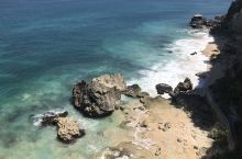 巴厘岛阿雅娜度假村的私密库布海滩真是太漂亮了。海水清澈见底,从远处看,海水好蓝好蓝!多数外国人都在洁