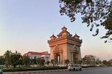 老挝万象凯旋门英文称:Patuxay, 高45米,宽24米,位于万象市中心,旁边总理府是,与国家主席