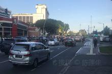 独立广场周边,交通很繁忙,车很多,人也很多,路边摊很多。路也好宽。城市真的很大,也感觉很拥挤。大路也