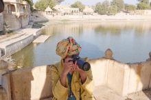 加迪萨尔湖,印度沙漠之城中的绿洲。它与对岸金色的克里希纳神庙和谐相映,成为在沙漠中人们午后休闲的最佳