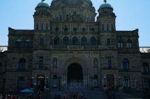 BC省议会大厦是一座雄伟的维多利亚式建筑,现在仍然是BC省议会的工作场地。