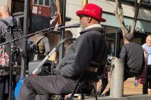 旧金山缆车起点的街头艺人  旧金山缆车的发明源于一场事故,却成就了今天的城市旅游地标,主要作用是坐着