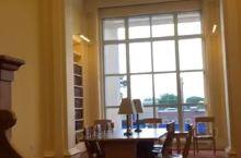 北美夏天的下午八点,仍是阳光灿烂。走进图书馆,既可避暑又可翻书图个清静。