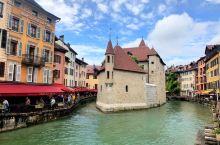 这次来的第三个法国小镇--安纳西。阿尔卑斯山的阳台,位于阿尔卑斯山脚下的安纳西湖,被誉为全欧洲最纯净