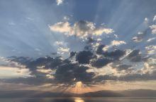 死海的日出。多亏了几朵云,让日出更显壮美。