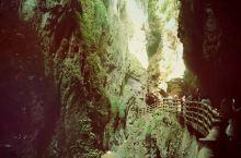 云南宜良九乡,知名景观是溶洞和地下河,峡谷。地下大厅和雌雄瀑布是电影《神话》的主要取景地。