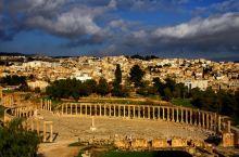 椭圆形的中心广场是杰拉什的核心区域,由同心圆方式排列的石板铺成,周围围绕着巨大的石柱,在罗马时期,这