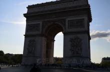 巴黎凯旋门是欧洲100多座凯旋门中最大的一座,也是巴黎四大代表建筑之一(即埃菲尔铁塔,凯旋门,卢浮宫