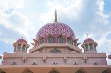 如果国家清真寺更多的是体现了庄严和肃穆的话,那么距离吉隆坡30公里,位于布城的粉红清真寺,则充盈着满