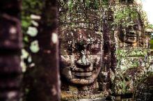 当人们谈起柬埔寨,首先想到的一定是吴哥窟 。吴哥寺的护城长廊宏伟壮观,足以让任何人心生敬畏。身处巴