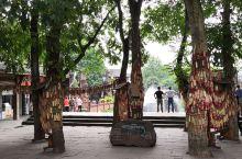 龙潭广场算是黄龙溪古镇的中心吧,位于主街的上方。建造古镇时在广场内建了龙头,从龙口里喷出一股飞瀑,在