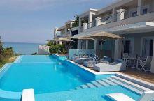 这个希腊的绝美海滩,你一定不能错过 这个海滩的水特别的干净,你可以去那里潜水,还有这里的海滩的沙子也