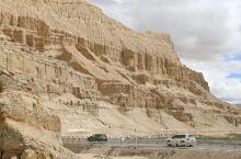 一片荒凉的山地,呈现于眼前,斑驳的岩石山体拔地而起,裸露出地表,仿佛展现出自然界历史的记录,堪称奇景