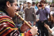 最近在东京涩谷街头的秘鲁旅游展示活动吸引许多路人围观,这次请来了秘鲁表演者吹奏秘鲁特色乐器盖那笛,一