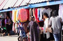 巴扎,系维吾尔语,意为集市。  喀什大巴扎全称是中西亚国际贸易市场,位于喀什市东北角的吐曼河东岸。这