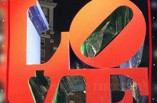 """""""LOVE""""公园是费城的地标建筑,他是为了庆祝美国建国200周年而建的目前坐落在一座小小的街心公园中"""