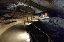 什科茨扬溶洞位于斯洛文尼亚的塞萨纳市,溶洞总长5000米,溶洞深达230米,有些溶洞呈层分布,溶洞中