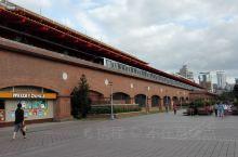 我们坐捷运在淡水站出,就看见漂亮的暗红的站房,赤红色的建筑也是在台北众多捷运站中很特别的。捷运站出