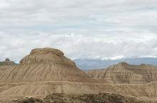 札达土林是一片荒凉的山地,斑驳的岩石体拔地而,裸露出地表,好沧桑啊。