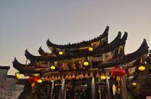 曾叫做王村的芙蓉镇,因刘晓庆主演的电影《芙蓉镇》在此拍摄而改名而出名。一面靠山,三面环水,芙蓉镇大瀑