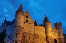 这个城堡有魔法  城堡真的是有魔力的,要不然怎么会吸引大家络绎不绝的去参观也好,感受魔力什么的,有的