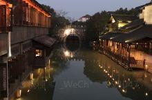 小桥流水人家,品着美食,享受着城市里没有的那么安静,夜幕降临华灯初上,随着静下来了