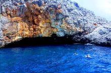 """蓝洞""""在希腊、马尔代夫、意大利等众多地方都有。黑山也有一个,只是名气没他们大而已。 来到科托尔,乘船"""