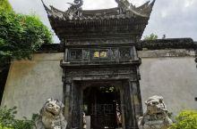 豫园的建筑设计精致巧妙,亭台楼阁,小桥流水,精湛的各种雕刻,目不暇接,三步一景,让人流连忘返。这里外
