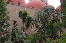 修道院是这里的必须参观的经典路线之一,就在城市老城区这边,附近有很多教堂和雕塑,石头铺设的道路上满是