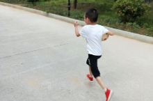 小小足球运动员。就喜欢踢足球