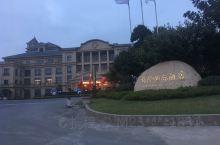 宁镇公路上靠近宝华山的一家高级酒店。