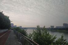 虽然凌晨三点到达南宁,但依然早上六点起床,于是便开始了邕江边的骑行,感受江边景致,看人来人往。机场一