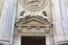 卡洛斯五世宫,为十六世纪前中期,由卡洛斯五世所兴建的文艺复兴式宫殿。故意建在阿尔罕布拉宫与阿尔乍堡之
