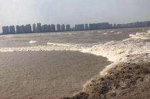 每年农历八月十五,钱塘江涌潮最大,潮头可达数米。   农历8月18在钱塘江上检阅水军,以后沿习成节。