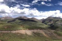 毛娅草原,位于理塘县城,是横断山沙鲁里山脉中段最大的草原,视野忽然开阔,满眼都是蓝天白云绿地,大草原