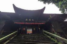 山下半日徒步线路中的一座寺庙,是一座纯粹现代新建的仿古建筑,菩萨也是新塑的。庙堂前的楠木值得一观。