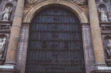 秘鲁最中心的位置,永远流动着人群的西班牙殖民历史  武器广场 是秘鲁首都利马的发祥地与核心,位于该市