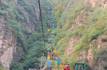 秋天里的龙庆峡,青山绿水,暖融融的阳光,还有船上游客的欢声笑语,真不愧是北方小漓江,最喜欢坐着缆车看