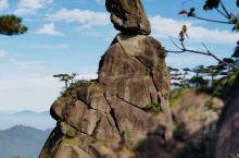 三清山和黄山差不多都是花岗岩峰林地貌,各有特色。三清山相对植被多些,风景秀丽,奇峰怪石观赏性好些了,