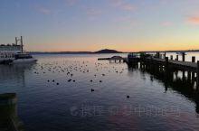 罗托鲁瓦是新西兰著名的温泉小镇。罗托鲁瓦湖是这座小城最著名的景点。清晨起床,步行到湖畔乘坐女皇游轮。