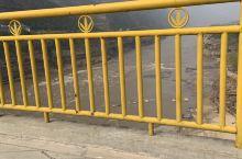 马上离开壶口,我们站在山西和陕西的交界处,黄河中间的桥上,一河之隔的两个省