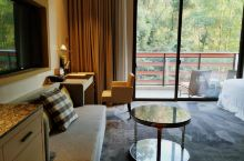 周六,入住在鹤山的福朋喜来登酒店,听说是今年才开业的一家崭新的酒店,房间空间比较大,阳台能望到满眼绿