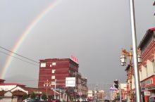 色达县城很小,是俗人生活的日常,不期然的雨后彩虹会令人莫名兴奋。 夜间入睡比较困难,缺氧比较明显,朋
