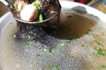 带子鱼肉丸发菜汤、蒜蓉粉丝蒸龙虾、烧鸭、酱油鹅、鸡汤、清蒸鱼、鱿鱼炒酸菜、清蒸鱼、粽子......,