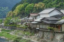 奥庭自然公园位于富士山五合目的沿路上。附近的天狗庭院,是奥庭火山喷火口的平地,祭祀着天狗岩等富士岩浆